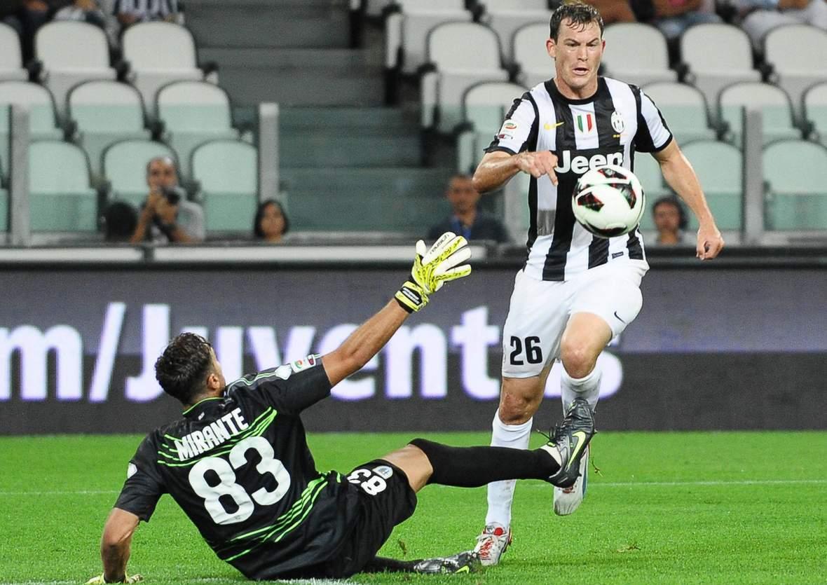 Lichtsteiner (r.) überwindet Mirante (l.) beim Heimspiel von Juventus gegen Parma.