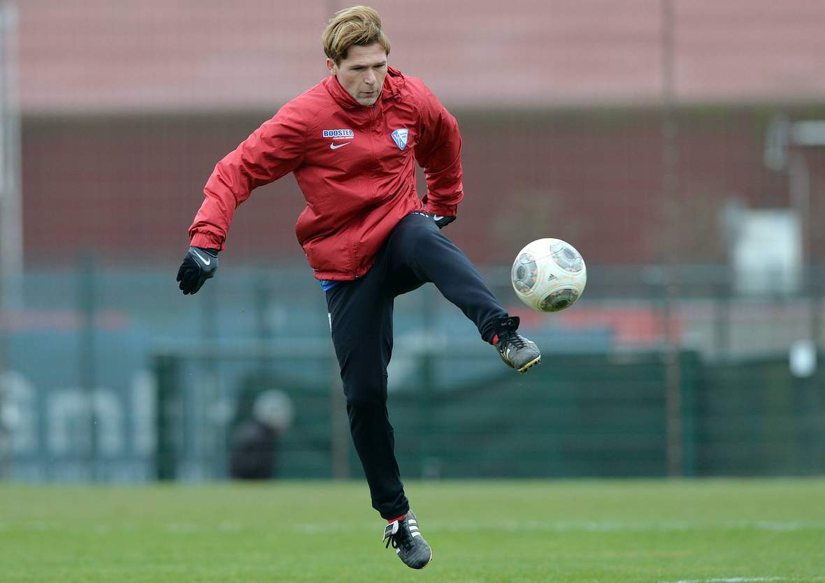 Dariusz Wosz im Training mit dem Ball.