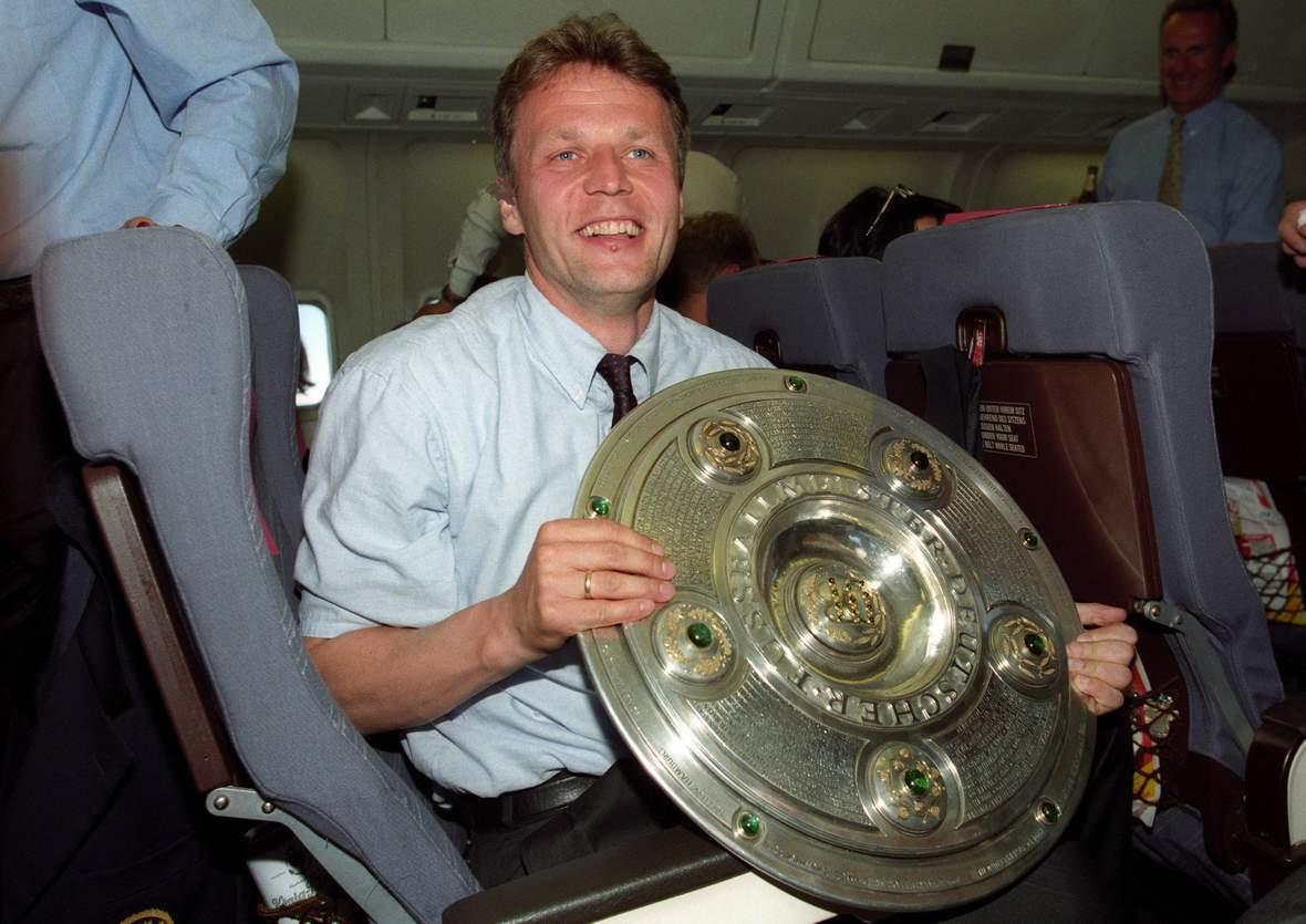 Marcel Witeczek im Flugzeug mit der Meisterschale.