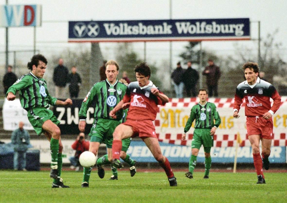 Sven Günther (mitte) im Duell mit Holger Ballwanz (links).