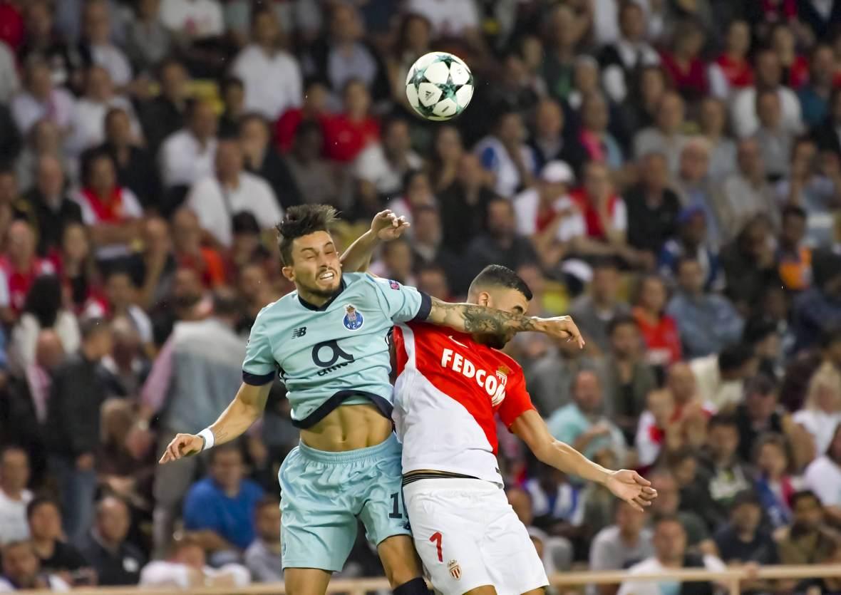 Ales Telles im Duell mit Rachid Ghezzal. Jetzt auf die Partie Porto gegen Monaco wetten