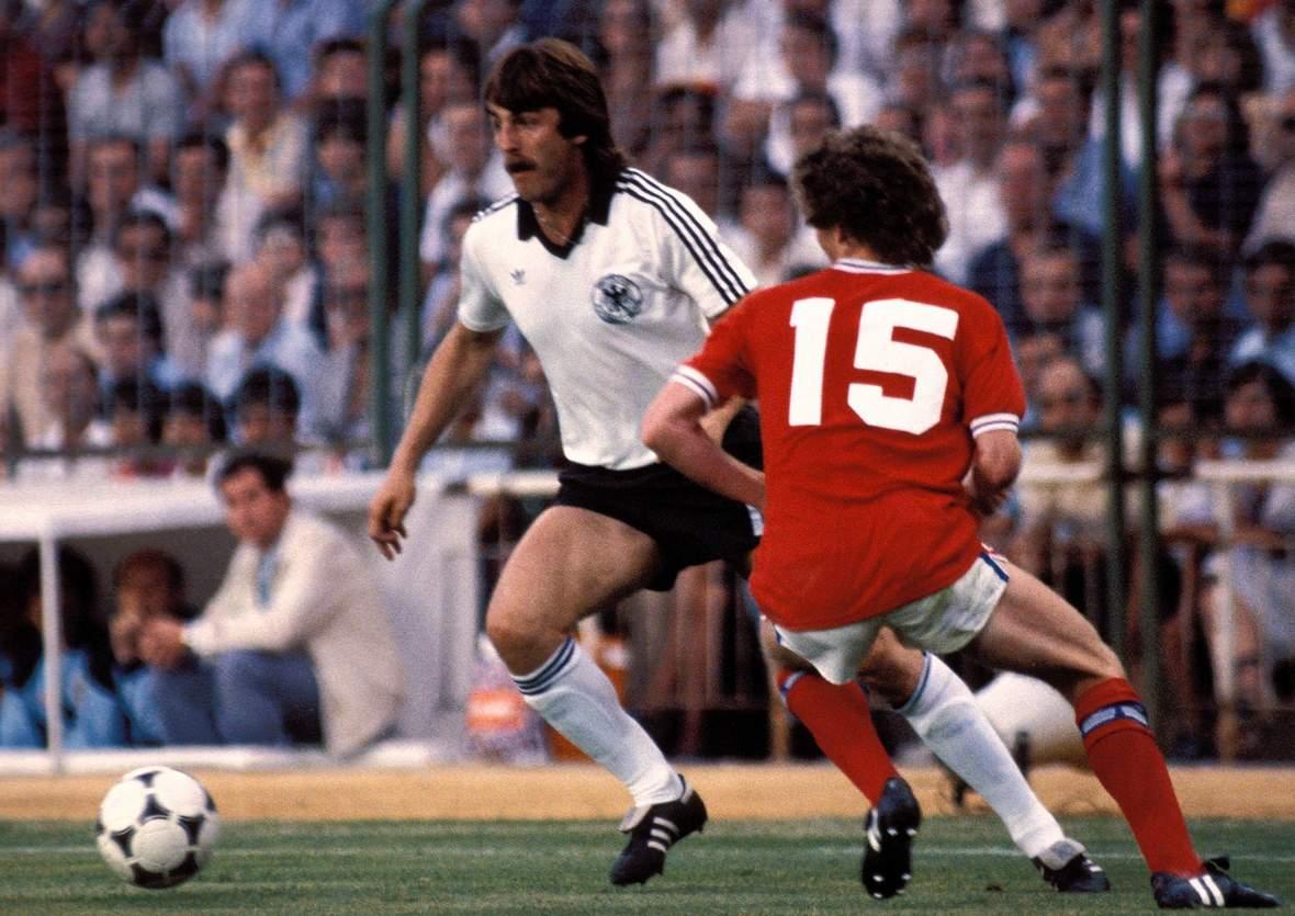 Uwe Reinders im Duell mit Graham Rix bei der WM 1982