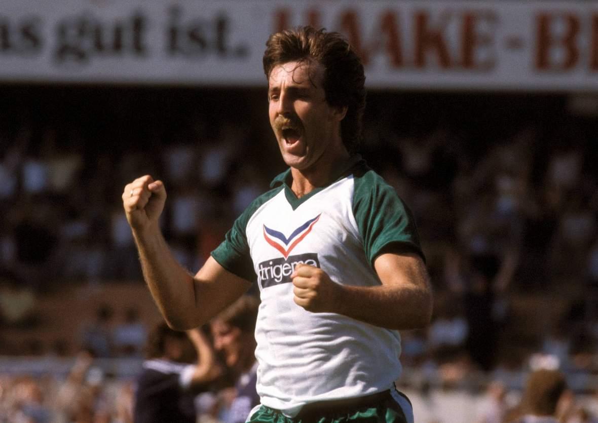 Uwe Reinders jubelt im Trikot von Werder Bremen