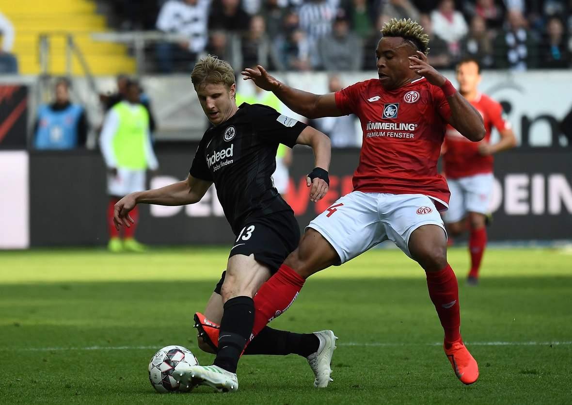 Martin Hinteregger von Eintracht Frankfurt gegen Pierre Kunde Malong von Mainz 05