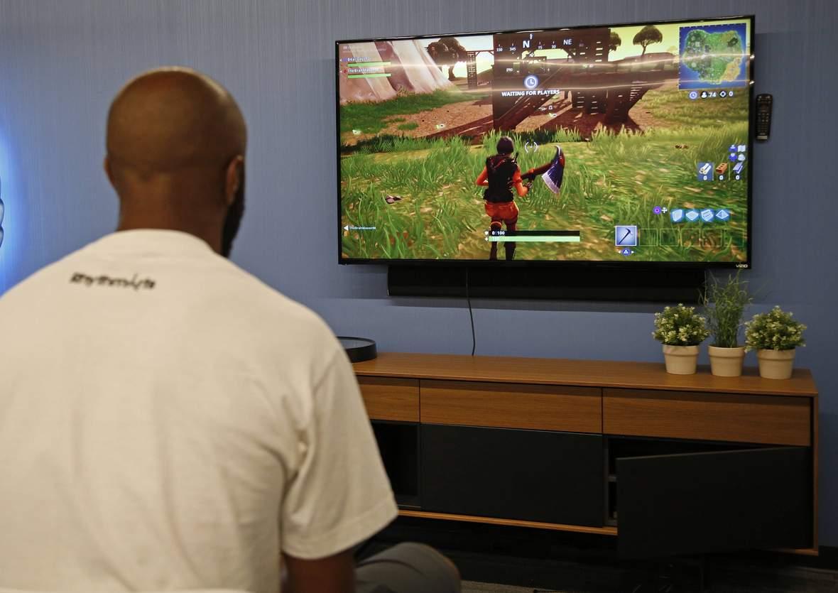 Spieler spielt eSports Game Fortnite