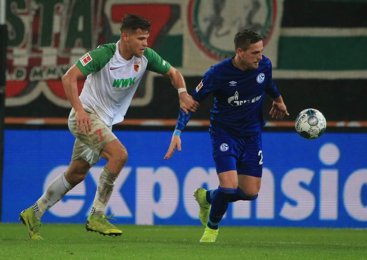 Florian Niederlechner gegen Bastian Oczipka.