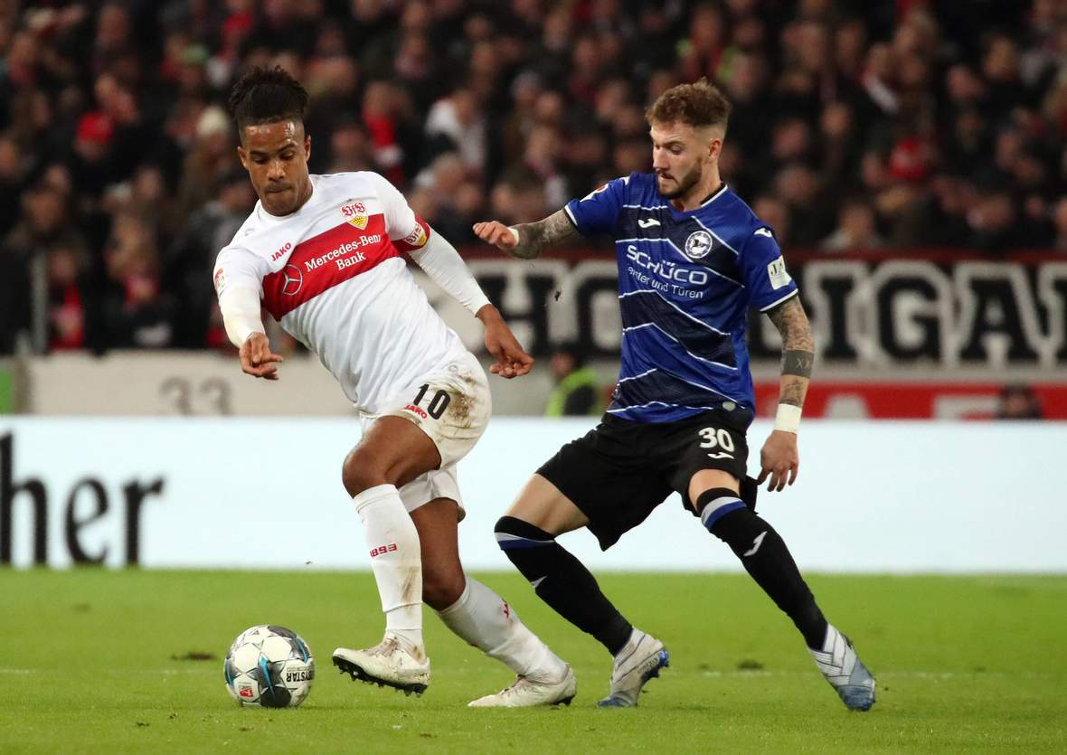 Daniel Didavi vom VfB Stuttgart gegen Marcel Hartel von Arminia Bielefeld
