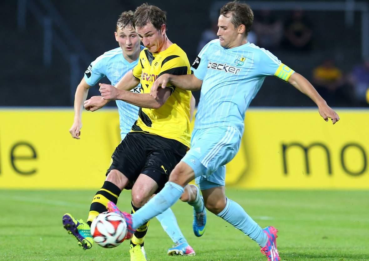 Anton Fink kämpft mit David Solga um den Ball. Jetzt auf Chemnitz gegen Dortmund wetten.