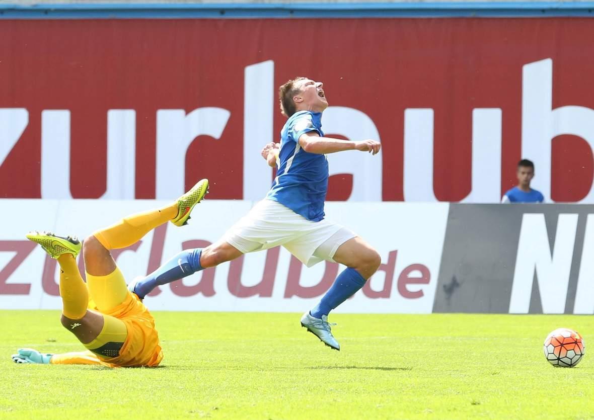 Tobias Jänicke wird von den Beinen geholt. Jetzt auf Rostock gegen Kaiserslautern wetten.