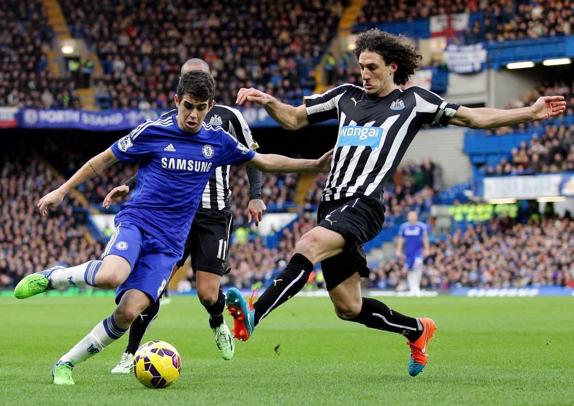 Oscar und Coloccini im Zweikampf um den Ball. Jetzt auf Newcastle gegen Chelsea wetten.