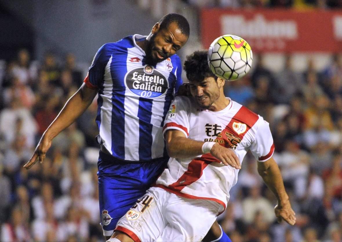 Javi Guerra und Sidnei kämpfen um den Ball. Unser Tipp: La Coruna gewinnt gegen Rayo Vallecano.