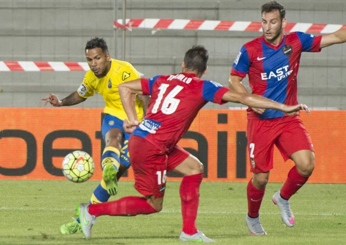 Jonathan Viera beim Torabschluss. Unser Tipp: Levante gewinnt gegen Las Palmas.