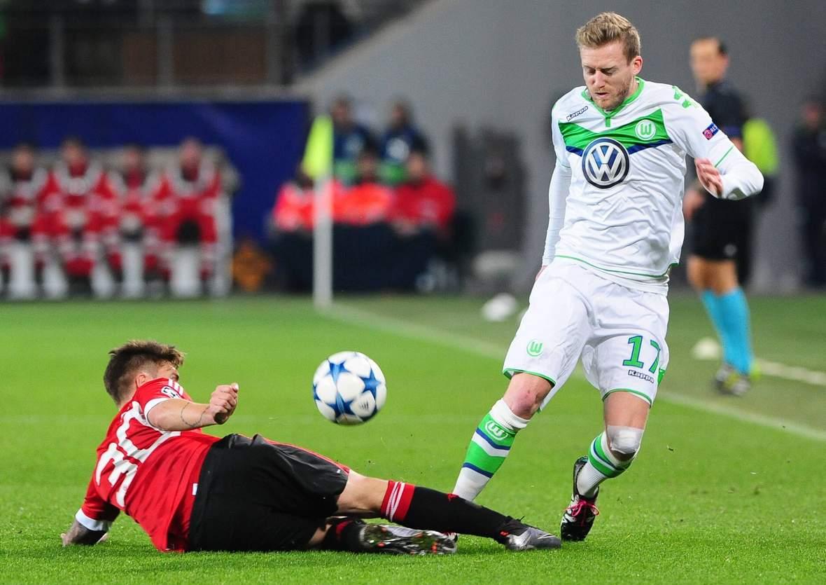 André Schürrle setzt sich im Dribbling durch. Unser Tipp: Gent gegen Wolfsburg endet unentschieden.
