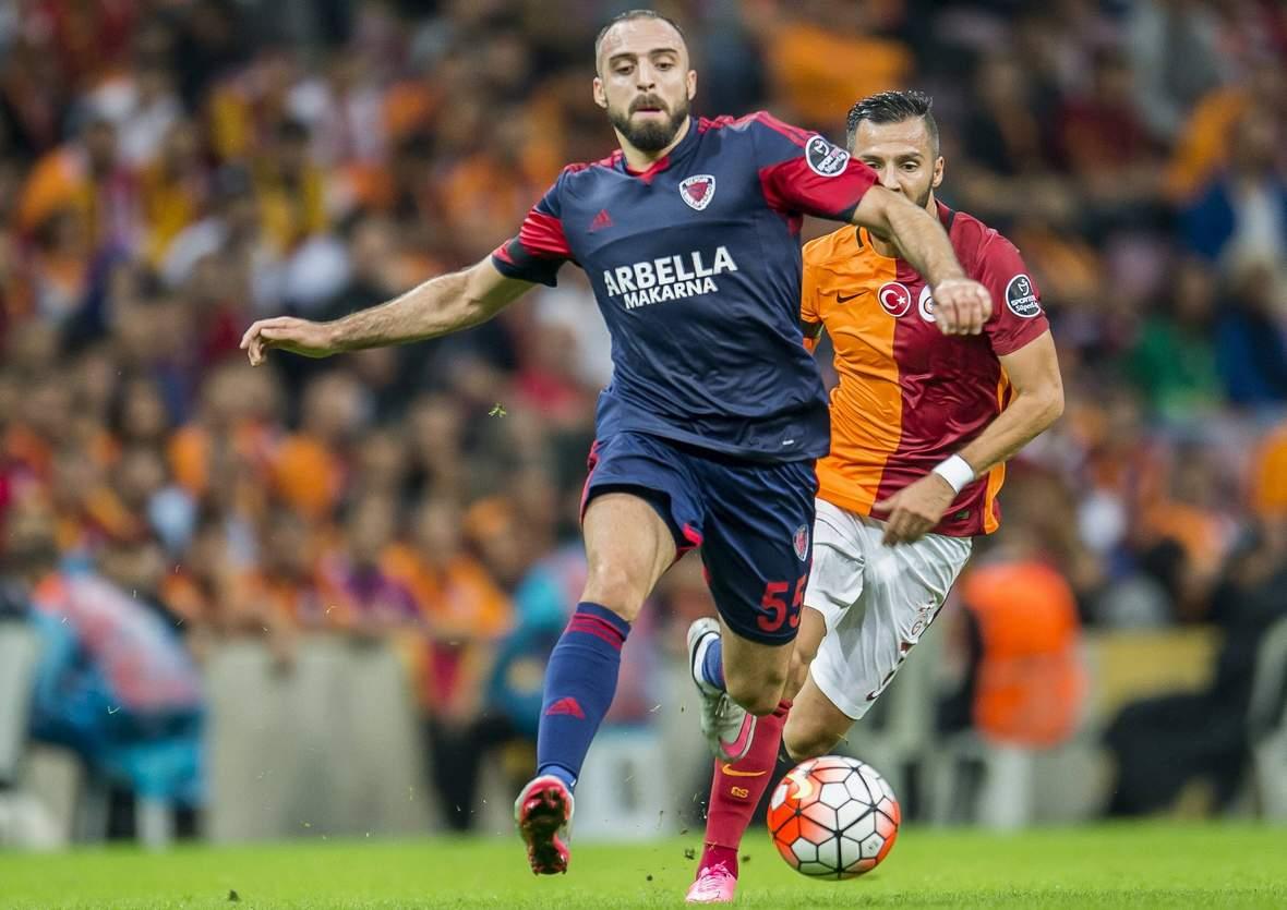 Abdul Rahman Khalili im Dribbling. Unser Tipp: Mersin IY gewinnt nicht gegen Sivasspor.