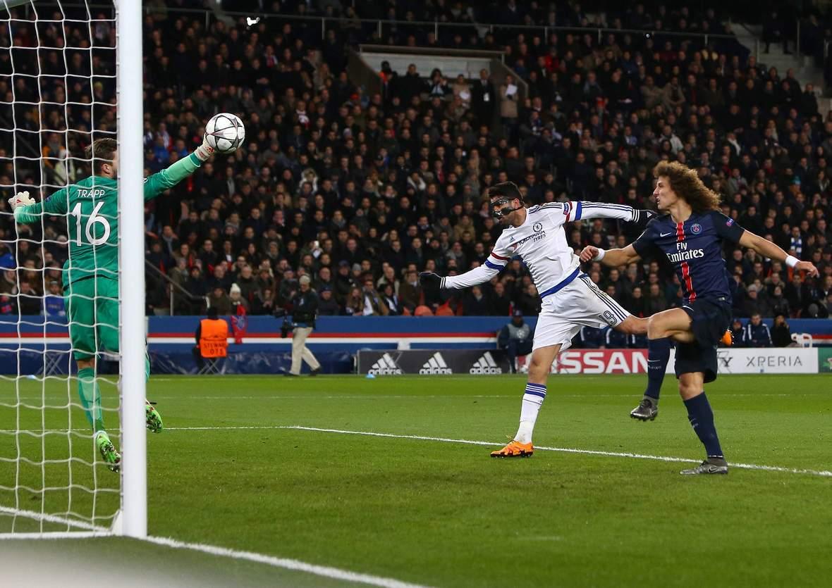 Kevin Trapp pariert den Kopfball von Diego Costa. Unser Tipp: Chelsea gewinnt nicht in der regulären Spielzeit gegen PSG.