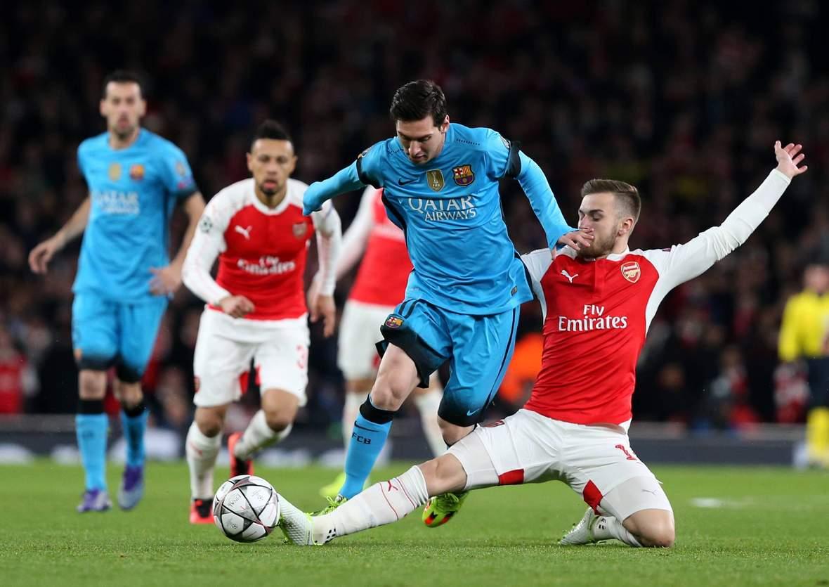 Aaron Ramsey grätscht Lionel Messi ab. Unser Tipp: Barca gewinnt nach 90 Minuten gegen Arsenal.