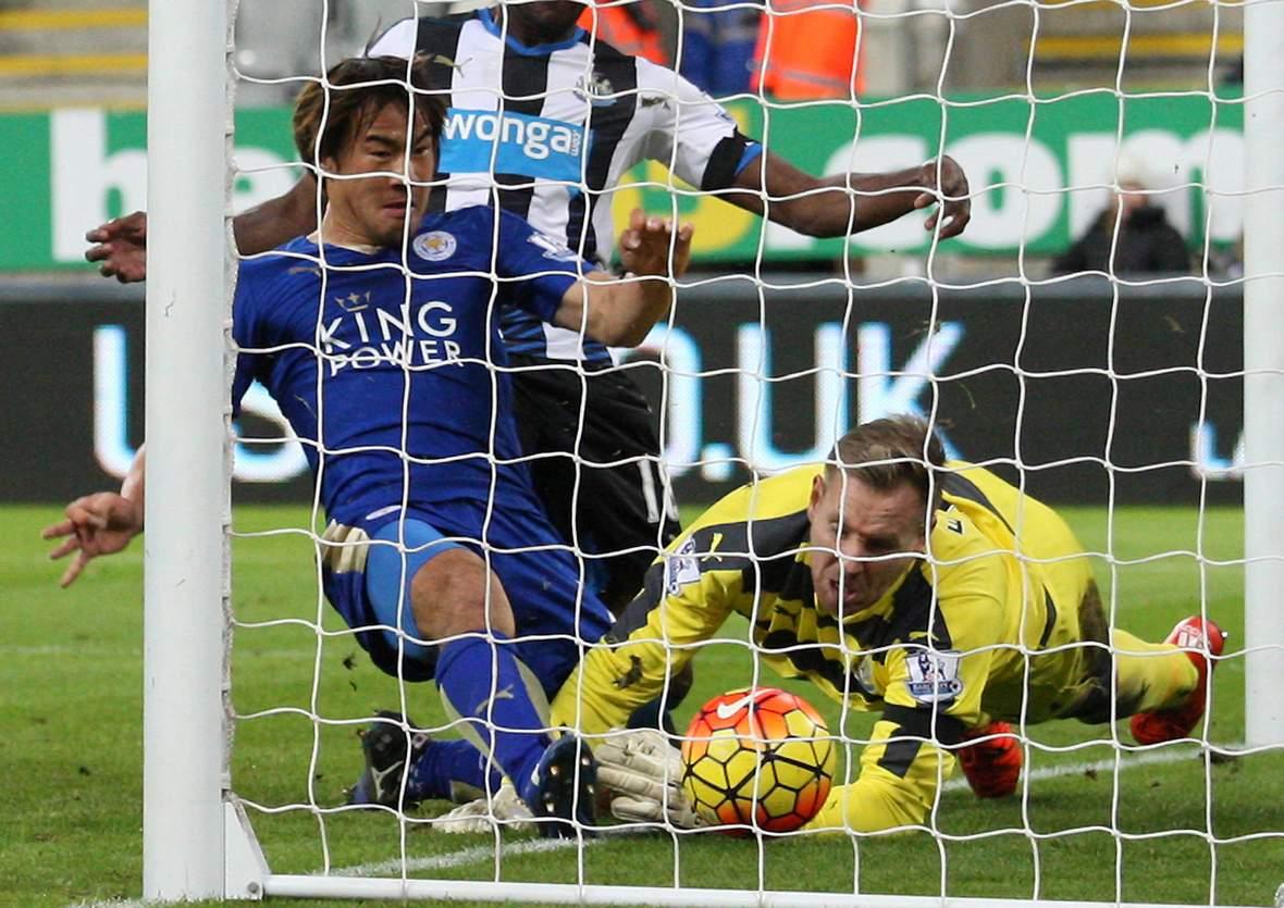 Shinji Okazaki drückt den Ball über die Linie. Unser Tipp: Leicester gewinnt gegen Newcastle.