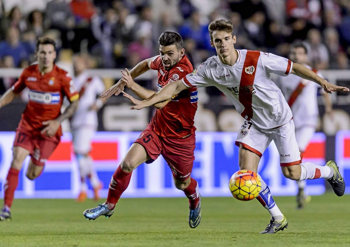 Victor Sanchez im Laufduell mit Llorente. Unser Tipp: Espanyol gewinnt nicht gegen Rayo Vallecano.