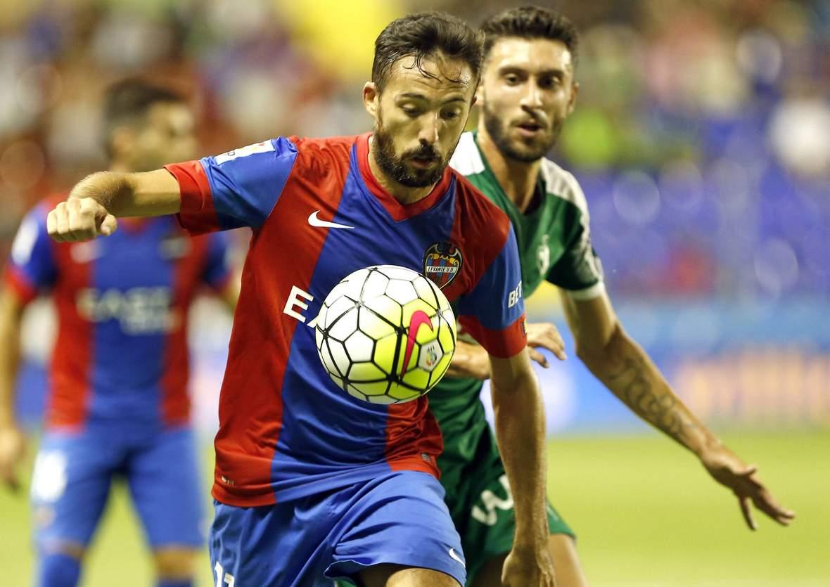 José Luis Morales schirmt den Ball ab. Unser Tipp: Levante gewinnt nicht gegen Gijon.