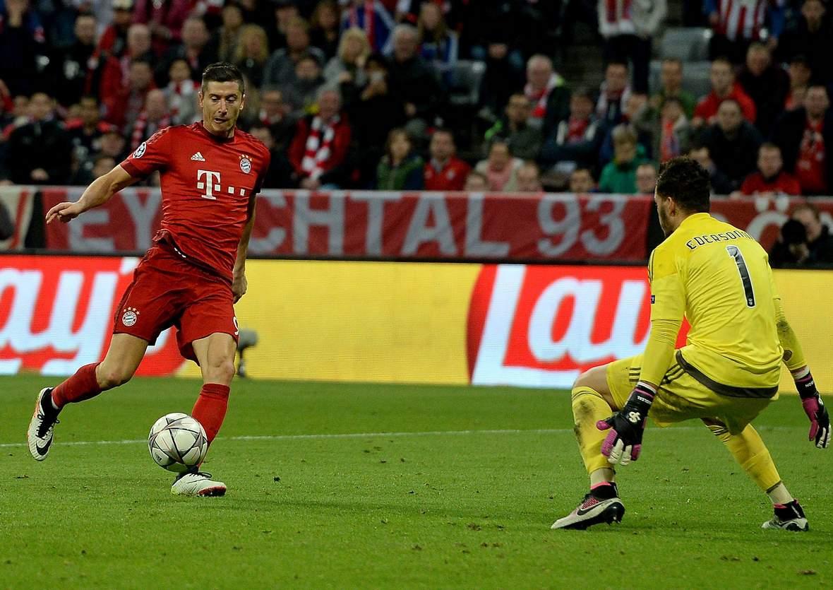 Robert Lewandowski verzieht gegen Ederson. Unser Tipp: Bayern gewinnt nach 90 Minuten gegen Benfica.