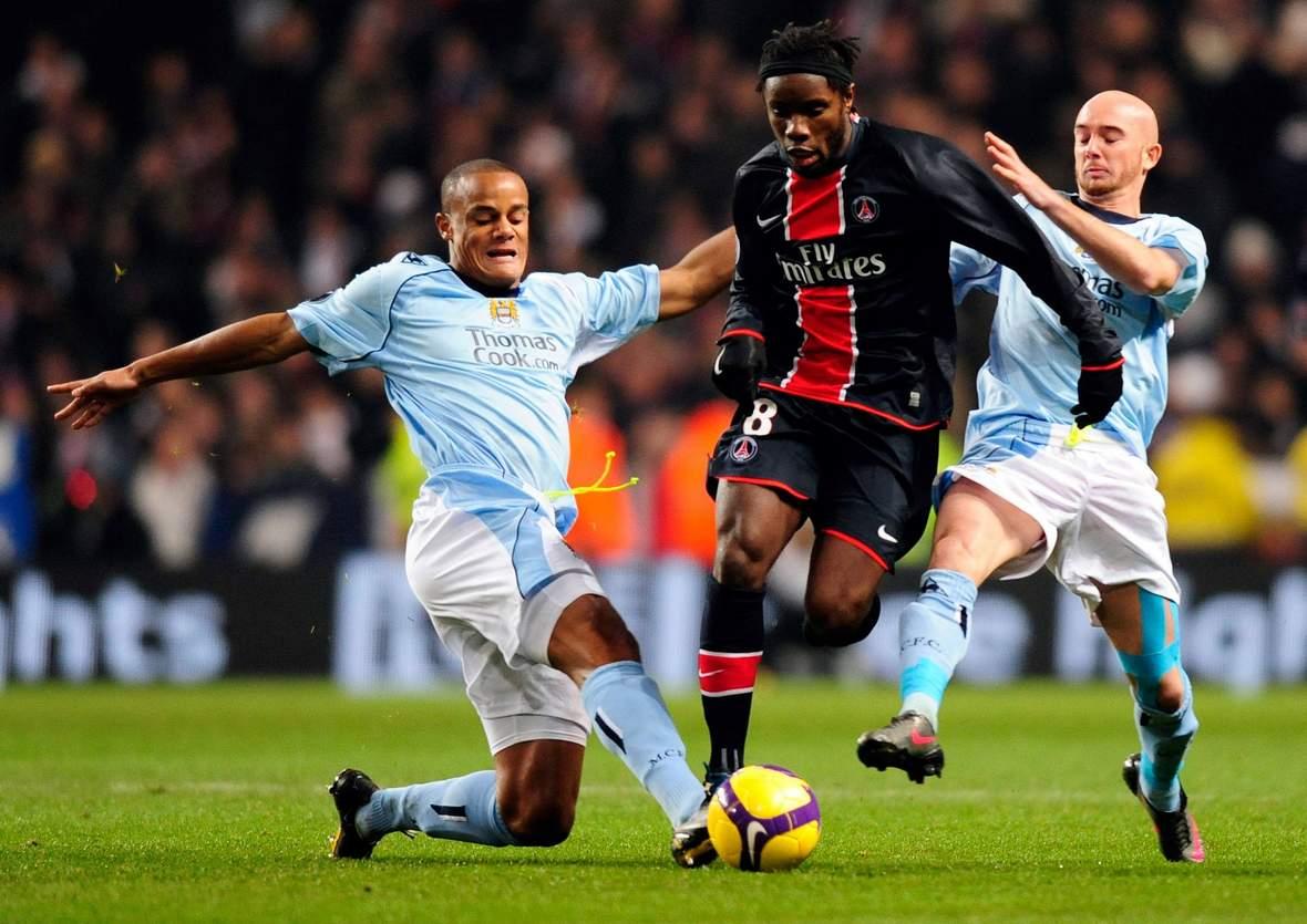 Vincent Kompany grätscht gegen Peguy Luyindula. Unser Tipp: Paris gewinnt gegen ManCity.