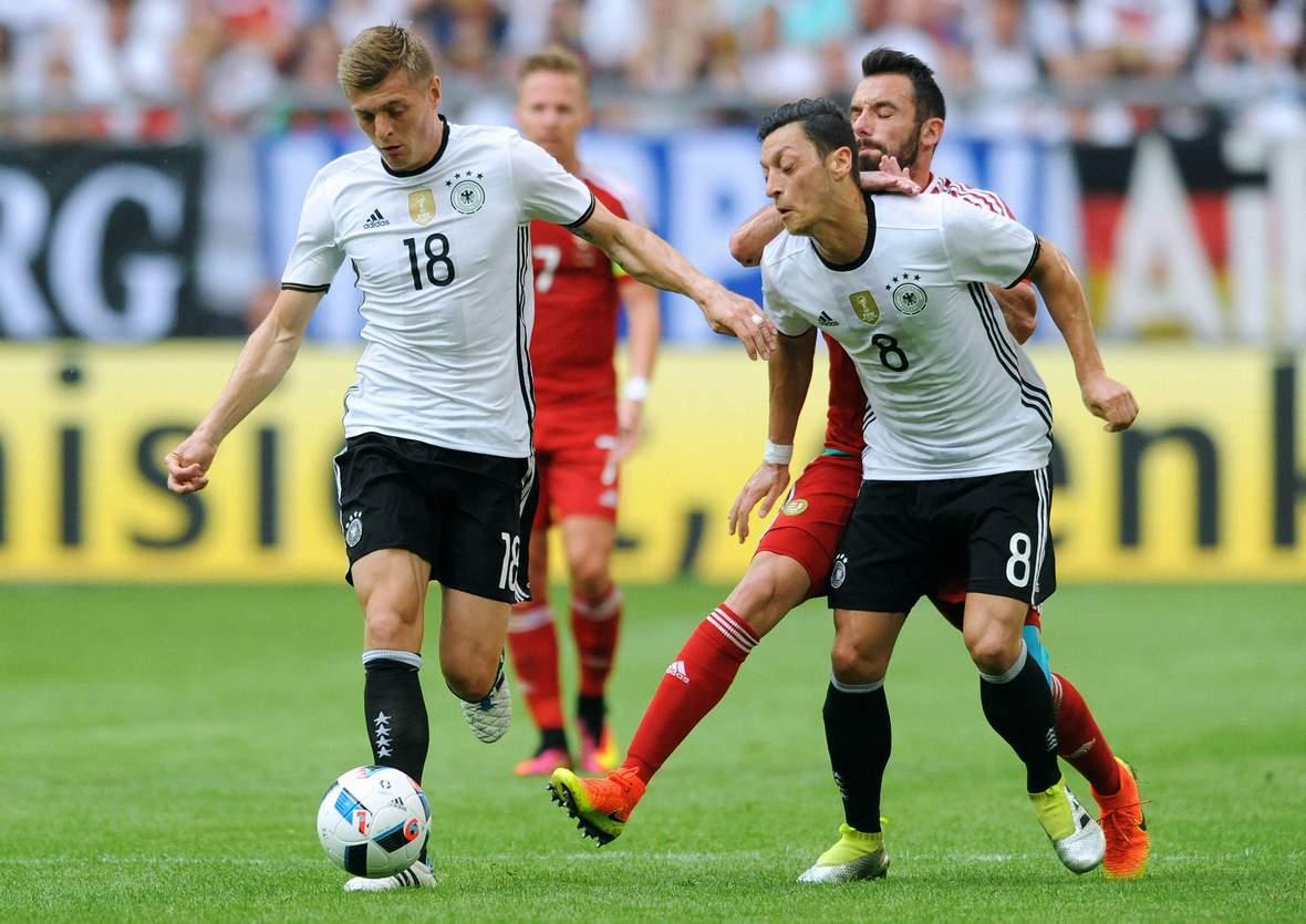 Toni Kroos am Ball, Mesut Özil blockt. Unser Tipp: Deutschland gewinnt gegen die Ukraine.