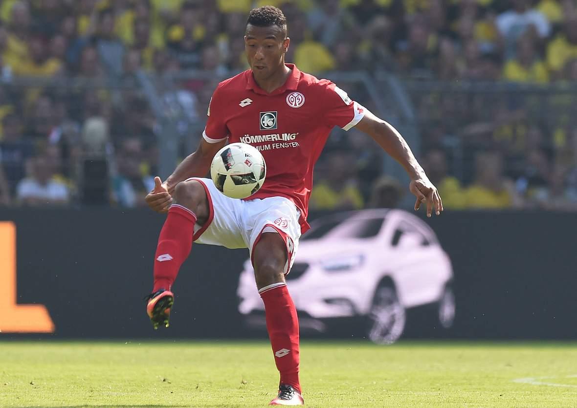 Karim Onisiwo bei der Ballannahme. Unser Tipp: Mainz gewinnt nicht gegen St. Etienne.