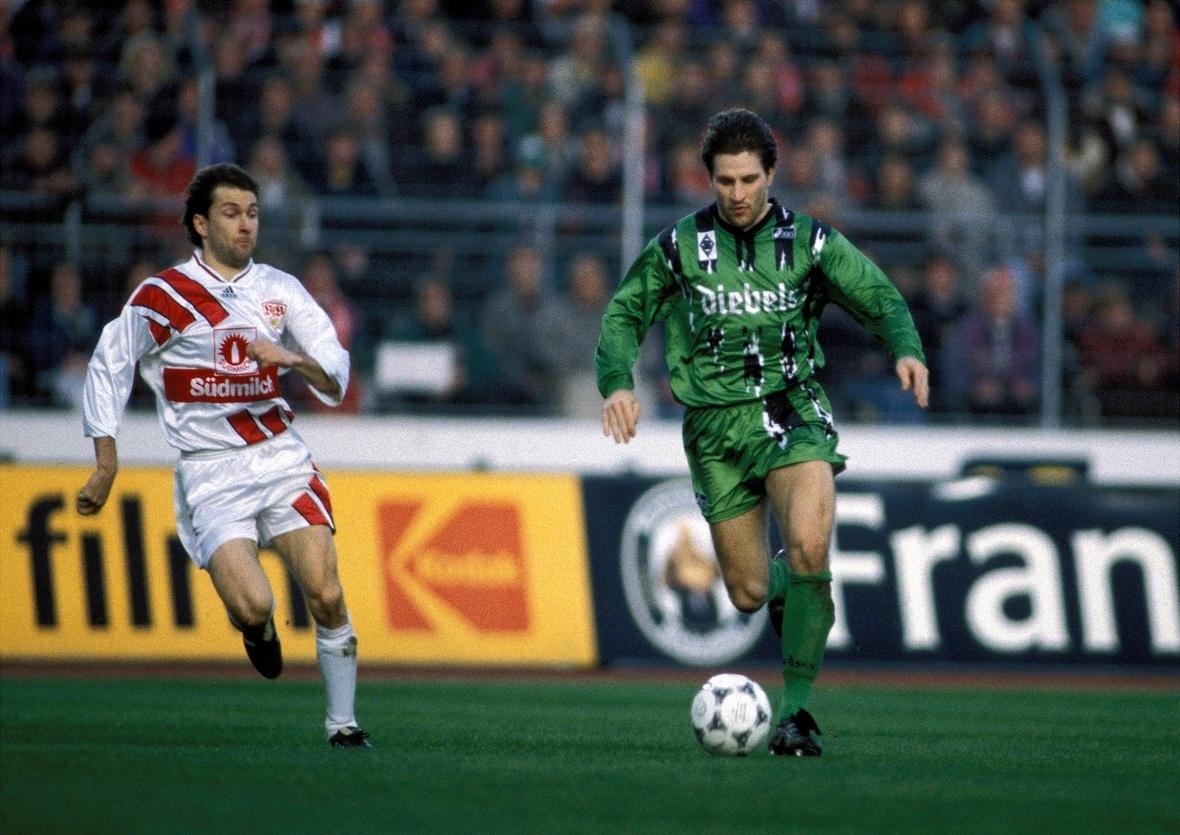 Thomas Kastenmaier am Ball, Ludwig Kögl versucht zu folgen.